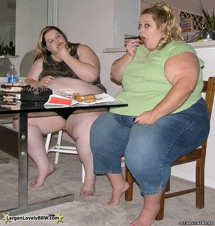 две толстые мамы и парень